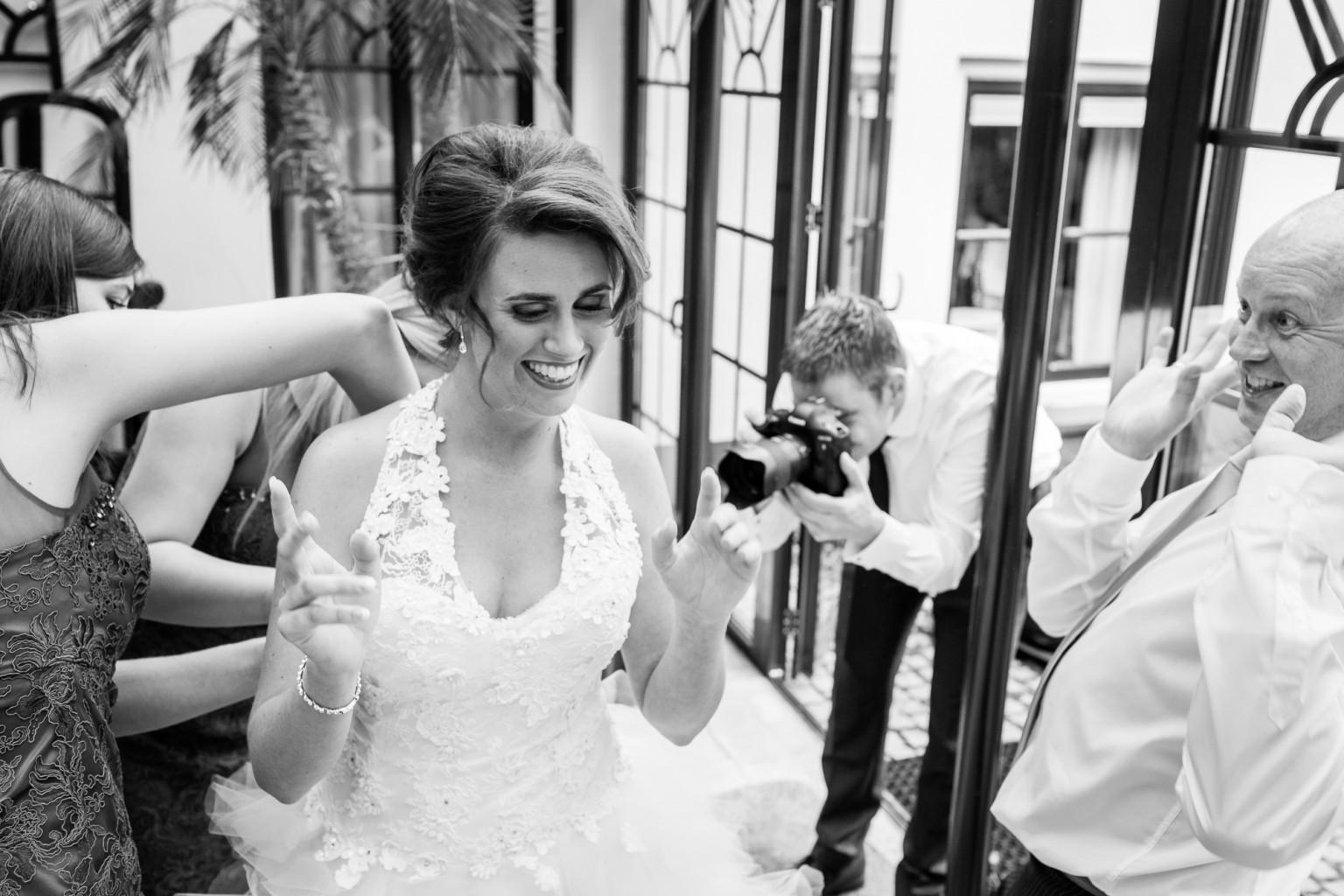 Aantrekken bruidsjurk